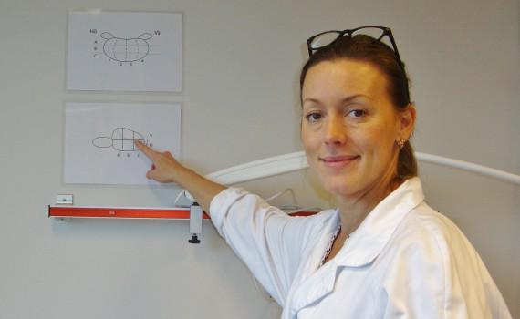 Via magnetröntgen kan tumören avgränsas så att vävnadsproverna blir mer träffsäkra, beskriver Rebecka Arnsrud Godtman
